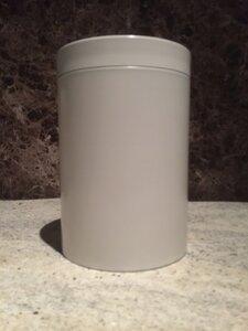 Witte metalen urn
