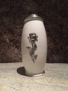 Witte metalen urn met roosafbeelding