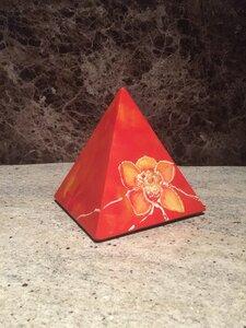 Keramische urn piramide handbeschilderd
